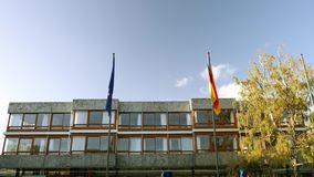 Unión europea y bandera de Alemania que agita delante del Tribunal Constitucional almacen de video
