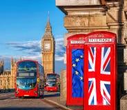 Unión europea y bandera de unión británica en cabinas de teléfono contra Big Ben en Londres, Inglaterra, Reino Unido, la estancia Imagen de archivo