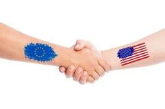 Unión europea y manos de los E.E.U.U. que sacuden con las banderas Fotos de archivo libres de regalías