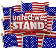 Uni nous tenons la devise d'unité des Etats-Unis de drapeaux américains ensemble Images stock