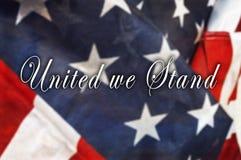 Uni nous tenons le message sur le drapeau des Etats-Unis Photographie stock