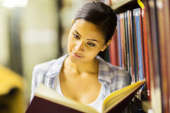 Uni student reading library Stock Images