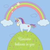 Unicórnio bonito e arco-íris com o cartão das estrelas e das nuvens Cartaz mágico da ilustração do vetor do unicórnio Fotos de Stock Royalty Free