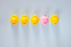 Unicità, differenza, individualità e condizione dal concetto della folla Immagine Stock