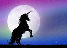 Unicorno nella luce della luna royalty illustrazione gratis