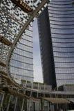 Unicredit塔大厦在米兰和它的被盖的屋顶 图库摄影