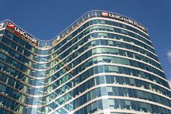 UniCredit小组在总部修造的银行公司商标 免版税库存照片