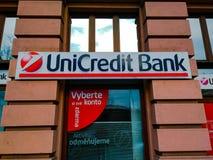 UniCredit banklogo på ingången till kontoret i Prague royaltyfria bilder