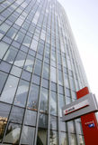 Unicredit Querneigung-Headquarters in Bucharest Stockfotos