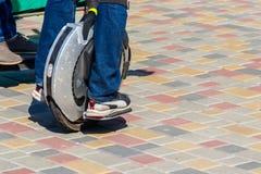 Unicycle bonde Passeios do homem no mono da roda parque dentro foto de stock