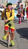 Unicycle pedaling del payaso con la nariz roja Fotografía de archivo libre de regalías