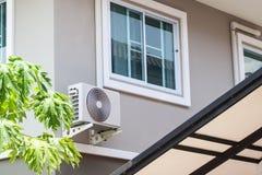 Unidad al aire libre del compresor del aire acondicionado fotos de archivo