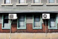 Unidad de aire acondicionado fuera de la casa, área de Kyoto, Japón Fotografía de archivo libre de regalías