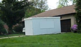 Unidad de almacenamiento delante de la casa con el espacio de la copia fotos de archivo