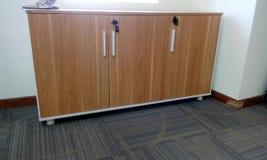 Unidad de almacenamiento principal baja en trabajo de la carpintería de la oficina fotografía de archivo libre de regalías