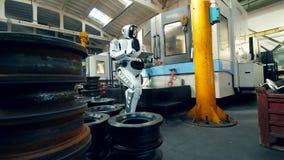 Unidad de la fábrica con un droid que trabaja en una tableta metrajes