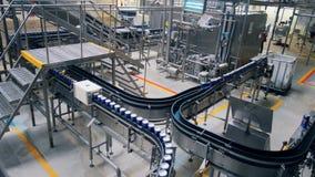 Unidad de la fábrica de la elaboración de la cerveza con el transportador de funcionamiento almacen de video