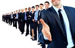 Unidad de negocio en fila. líder con la mano abierta