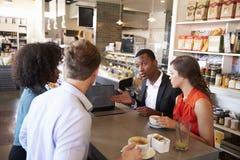 Unidad de negocio que tiene reunión informal en café foto de archivo