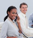 Unidad de negocio sonriente que trabaja difícilmente en la oficina Imagenes de archivo