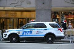Unidad de NYPD K-9 que proporciona seguridad durante la estación de días de fiesta en Midtown Manhattan cerca del centro de Rocke Fotos de archivo libres de regalías