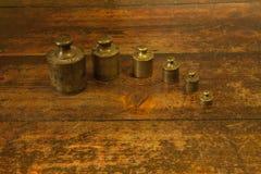 Unidad de pesos de cobre amarillo de diverso vintage Foto de archivo