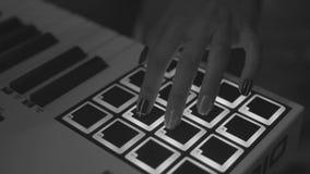 Unidad de ritmos en el club de noche que juega el sistema vivo existencias Fingeres que golpean ligeramente los cojines del tambo almacen de video