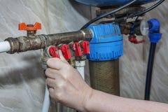 Unidad del abastecimiento de agua del hogar, válvulas que bloquean el acceso a los tubos Fotografía de archivo libre de regalías