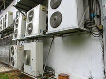 Unidad del compresor del acondicionador de aire fuera del edificio Foto de archivo libre de regalías