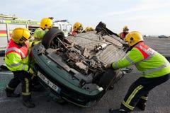 Unidad del fuego y de rescate en el entrenamiento del choque de coche Fotografía de archivo