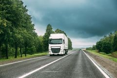 Unidad del tractor del camión, motor, unidad de la tracción en el movimiento en el camino foto de archivo libre de regalías