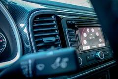 Unidad grande de la navegación de la exhibición de las multimedias con la pantalla táctil dentro del coche europeo alemán moderno Fotografía de archivo