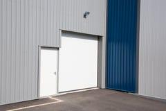 Unidad industrial gris y azul con las puertas del obturador del rodillo imagenes de archivo