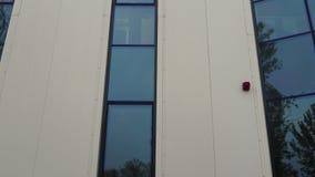 Unidad la alarma de incendio en el edificio de oficinas almacen de video