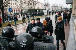 Unidad policial especial con los escudos contra ciudadano de a pie y manifestantes en Minsk Foto de archivo
