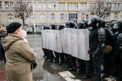 Unidad policial especial con los escudos contra ciudadano de a pie y manifestantes en Minsk Foto de archivo libre de regalías