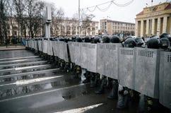Unidad policial especial con los escudos contra ciudadano de a pie y manifestantes en Minsk Imagenes de archivo