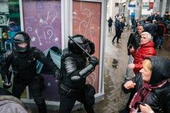 Unidad policial especial con los escudos contra ciudadano de a pie y manifestantes en Minsk Imagen de archivo