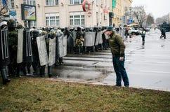 Unidad policial especial con los escudos contra manifestantes en Minsk Imagen de archivo