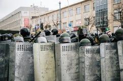 Unidad policial especial con los escudos contra manifestantes en Minsk Foto de archivo