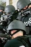 Unidad policial especial en la acción con los rifles Imagenes de archivo