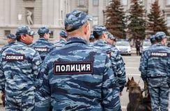 Unidad policial rusa en uniforme con los perros policía en el Kuibyshev Imagenes de archivo