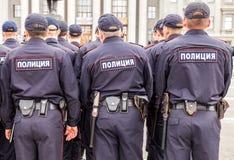 Unidad policial rusa en uniforme en el cuadrado de Kuibyshev en verano Foto de archivo