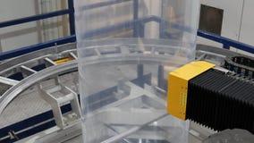 Unidad robótica del control de calidad en el extrusor plástico almacen de video