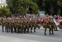 Unidad servia en marzo - 2 de la bandera nacional Fotografía de archivo