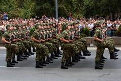 Unidad servia en marzo - 4 de la bandera nacional Imagen de archivo
