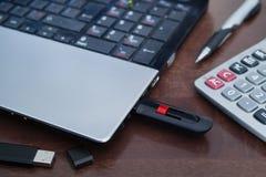 Unidad USB y ordenador portátil imágenes de archivo libres de regalías