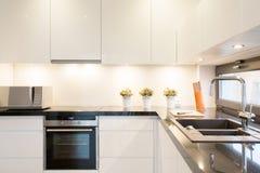 Unidade branca da cozinha Imagem de Stock Royalty Free