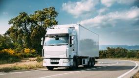 Unidade branca do caminhão ou da tração no movimento na estrada, autoestrada asfalto foto de stock