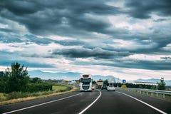 Unidade branca do caminhão ou da tração no movimento na estrada, autoestrada Asphalt Motorway Highway Against Background das mont fotos de stock royalty free